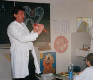 Dr. Farr unterrichtet in der Schule